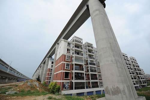 20110816_高速鉄道高架橋の真下に建つアパート1.jpg